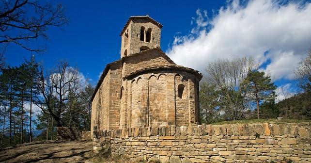 Sant Sadurní de Rotgers, esglèsia romànica bastida entre els segles XI i XII, conserva la decoració característica del  primer romànic, arcuacions cegues i bandes llombardesBorredà, Berguedà, Barcelona